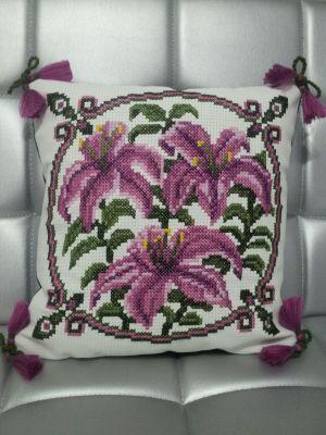 Фото вышивки крестом подушки 'Лилии', вышитой по схеме, созданной программой 'Бисер и мулине с MyJane'.