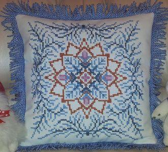 Фото вышивки крестом подушки 'Новогодняя снежинка', схема которой создана программой 'Бисер и мулине с MyJane'.