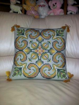 Фото вышивки крестом подушки 'орнамент Уточи', вышитой по схеме, созданной программой 'Бисер и мулине с MyJane'.